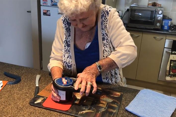 Article image for 91yo Joyce was having some kitchen troubles… so Ray stepped in