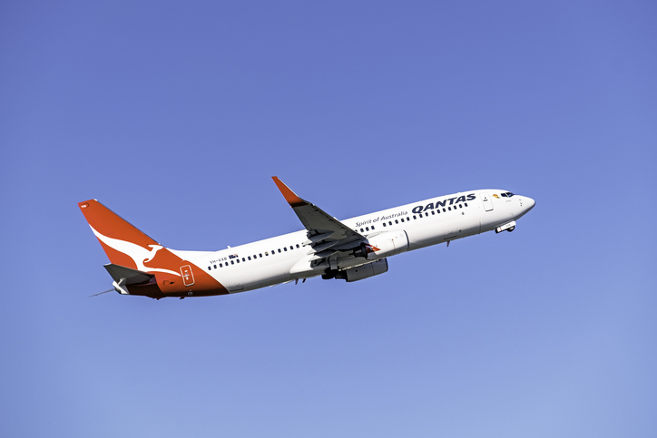Article image for Qantas' introduction of mandatory COVID-19 jabs for staff sparks legal debate