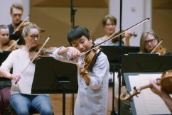 Young prodigy gives impromptu violin concert on-air